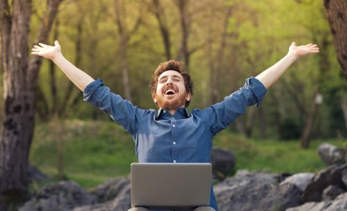 feliz no computador