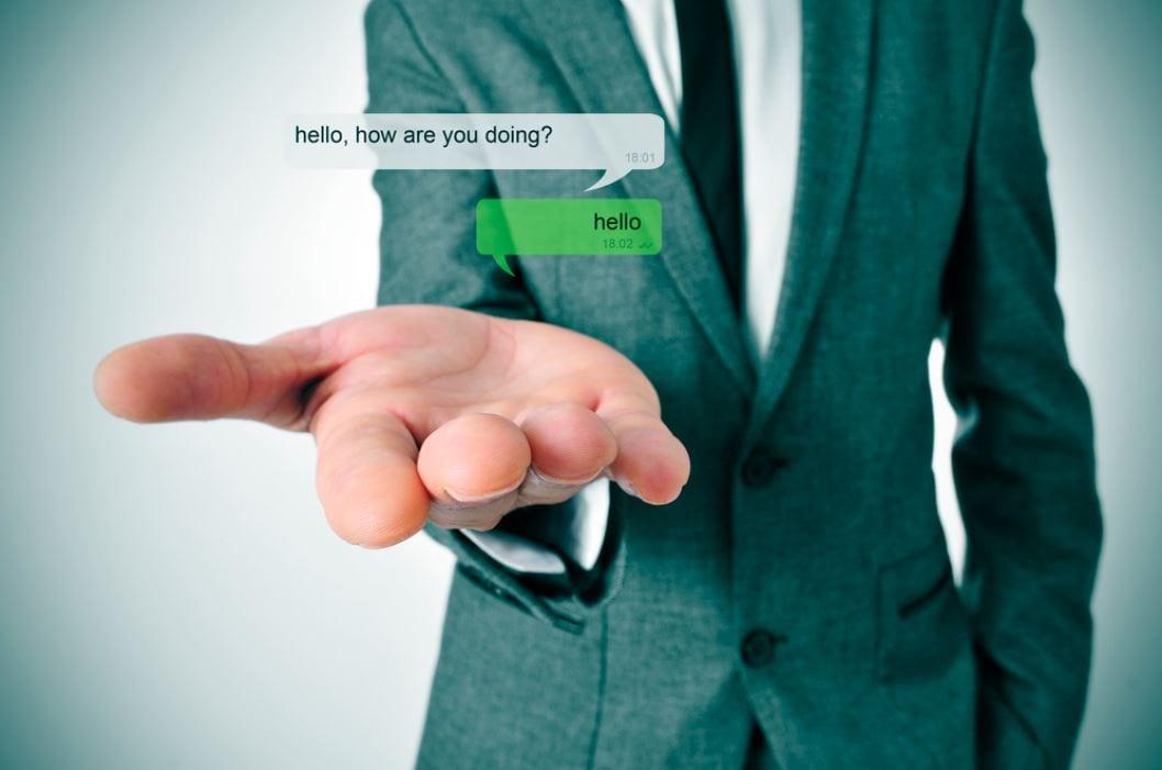 Whatsapp Marketing: imagem de uma mão com uma conversa de WhatsApp.