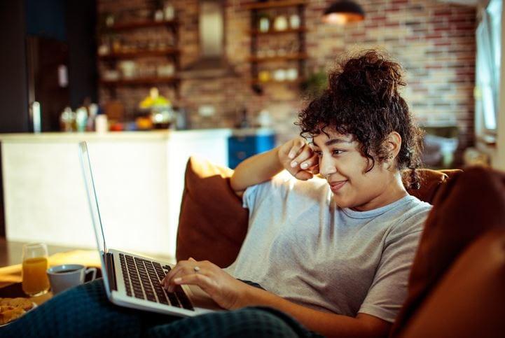 Youtube Insights: imagem de uma mulher olhando para tela do notebook.