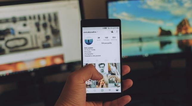 Impressões no Instagram: imagem de uma mão mexendo no celular.