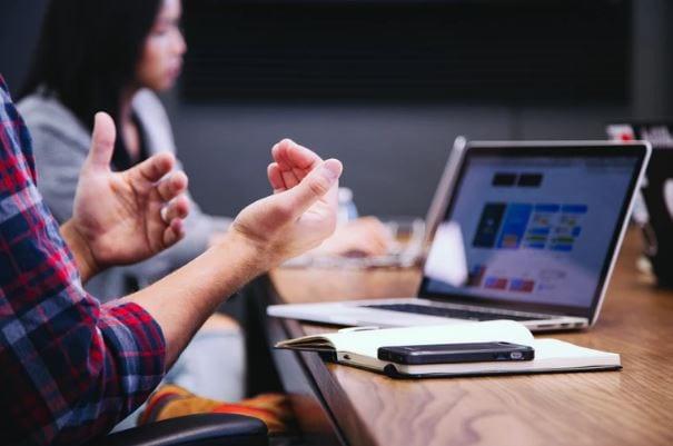 Painel do Google Meu Negocio: imagem de pessoas conversando na frente do notebook