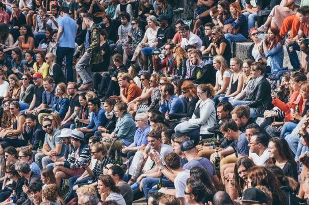 Audience Insights: imagem de muitas pessoas localizadas no mesmo lugar