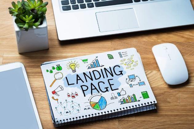 Como criar uma landing page: imagem de um caderno e um notebook em cima da mesa.
