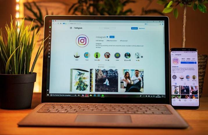 Instagram Creator Studio: imagem de um notebook, em cima da mesa, com a tela aberta no Instagram e um celular ao lado com a tela no Instagram também.