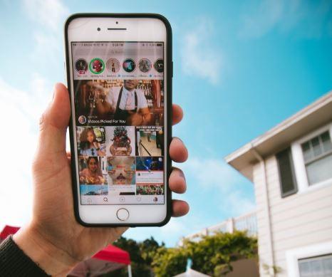 Close Friends: imagem de uma mão segurando um celular com a tela do Instagram aberta.