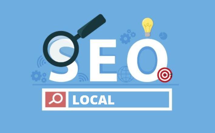 SEO Local: imagem com fundo azul escrito SEO Local em branco e uma lupa desenhada
