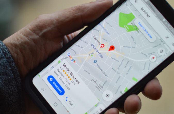 Google Maps: Imagem de uma mão segurando o celular com a tela do Google Maps aberta.