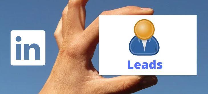 Como gerar leads pelo linkedin: imagem de uma mão segurando um cartão com o desenho de um perfil escrito leads