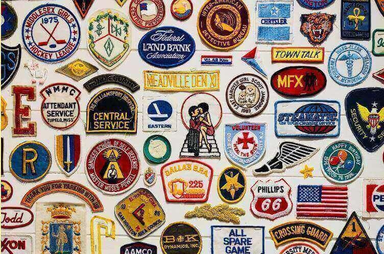 Posicionamento de marca: imagem de vários logos de marcas conhecidas bordados