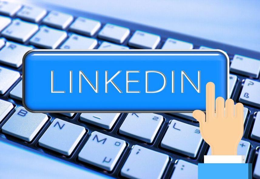 O que colocar no título do linkedin: imagem de um teclado ao fundo e um botão digital com o texto linkedin e uma mão digital como se fosse clicar no botão