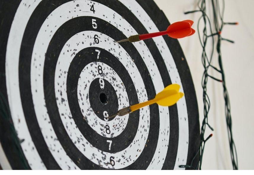 Objetivos de campanha Facebook: imagem de um alvo com dois dardos, vermelho e amarelo, fixados.
