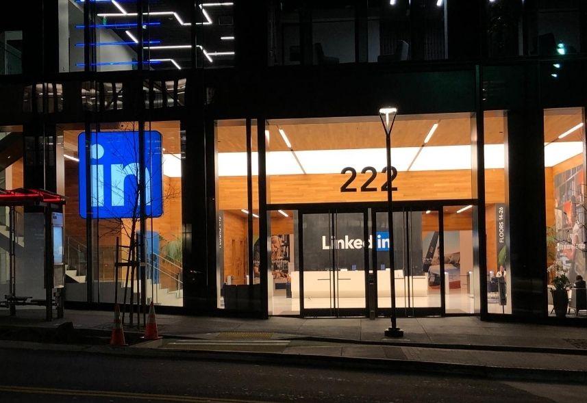 melhor horário para postar no LinkedIn: imagem da fachada do prédio do LinkedIn