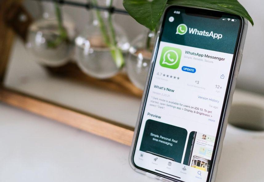 Novidades do WhatsApp: imagem de um celular apoiado em cima de uma mesa com a tela do whatsapp aberta