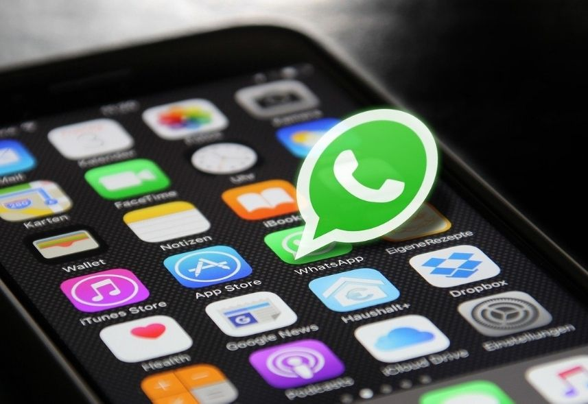 Como fazer catálogo no WhatsApp: imagem da tela de um celular mostrando vários aplicativos, dentre todos o WhatsApp está em destaque saltando da tela
