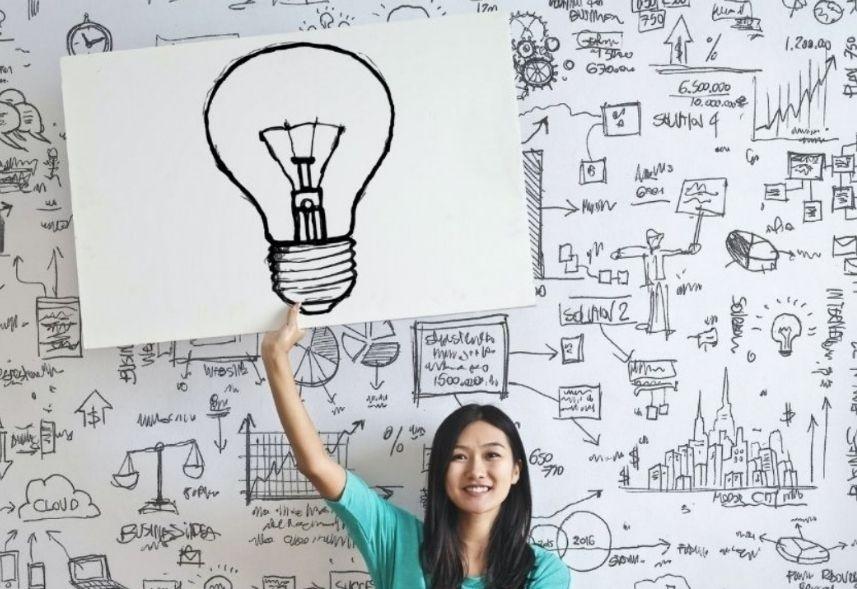 Propagandas criativas: uma mulher asiática aparece carregando um cartaz no qual está desenhado uma lâmpada.