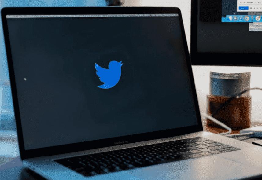 Como usar Twitter: a imagem é de um computador que está ligado, a tela está toda preta apenas com o logo do Twitter no centro, um pássaro azul.
