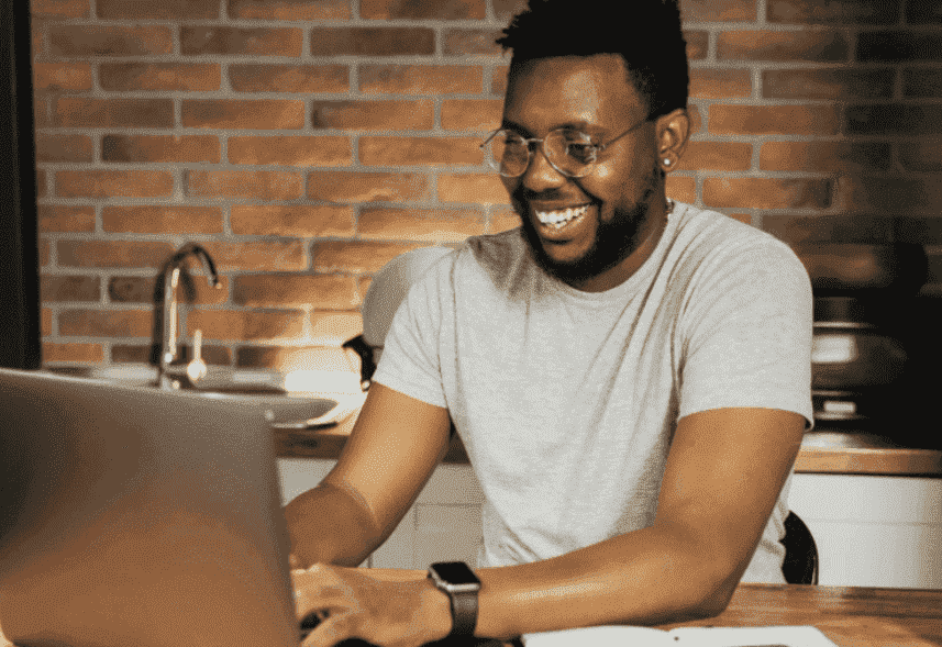 Isca digital: um homem está diante do computador sorrindo, enquanto mexe no teclado.