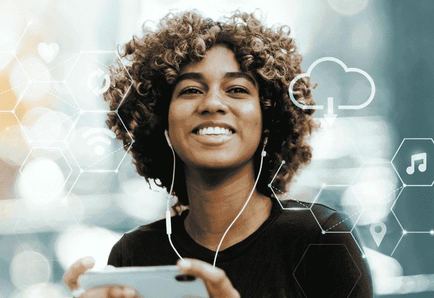 Lançamento de produtos digitais: menina segurando um celular com diversos ícones que remetem a elementos digitais saindo da tela