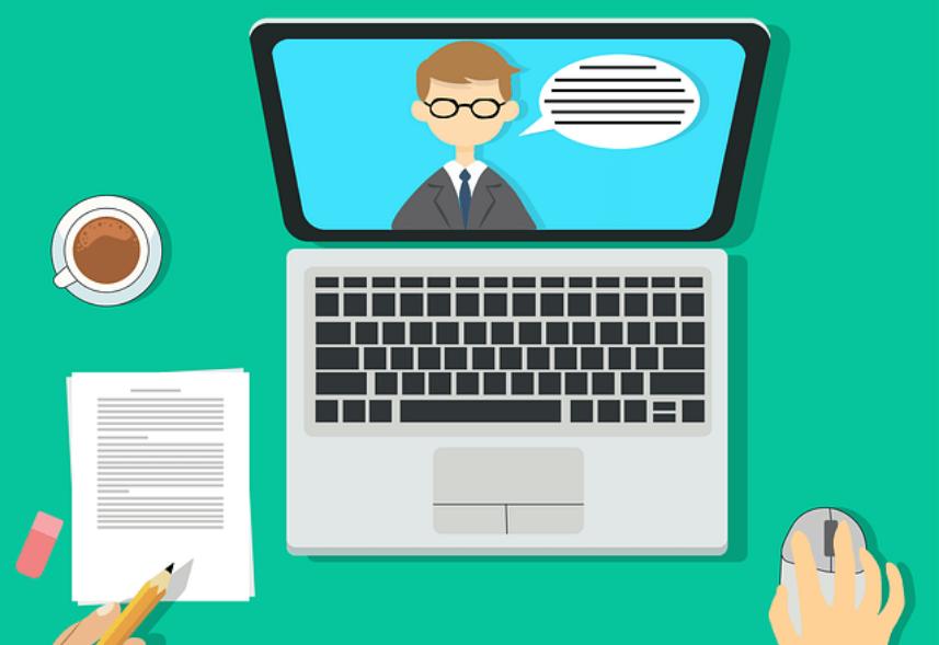 infoproduto: imagem em forma de desenho de um notebook com uma pessoa falando na tela, e um usuário assistindo a aula, com uma mão no mouse e a outra mão segurando um lápis para fazer anotações