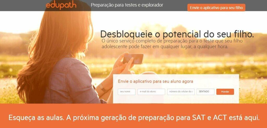 landing page exemplos: imagem da página da edupath com uma mulher sentada no pôr do sol, mexendo em um celular com o título desbloqueie o potencial do seu filho