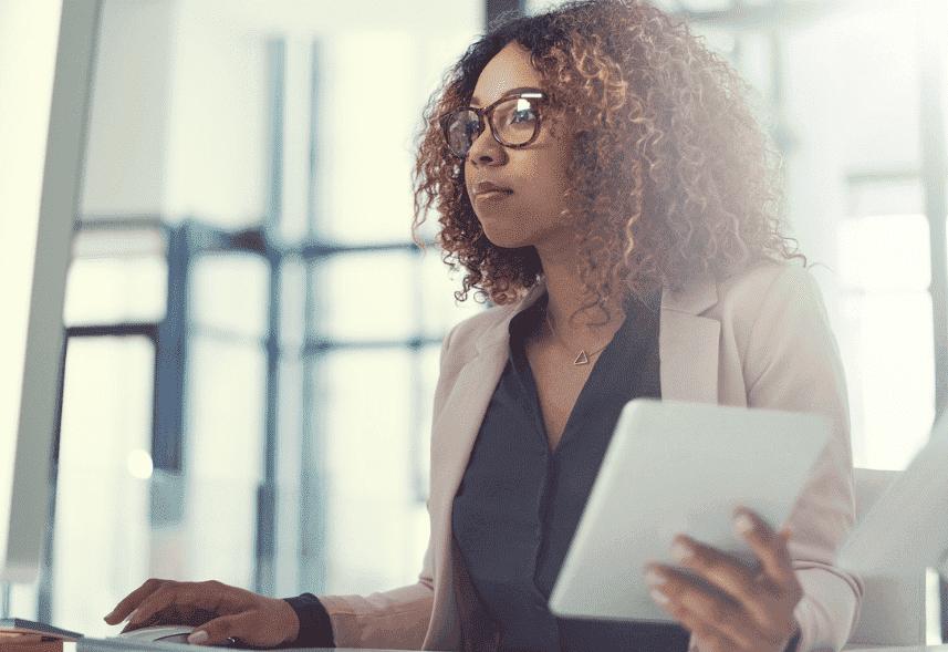 Uma imagem de uma mulher no escritório com papéis na mão