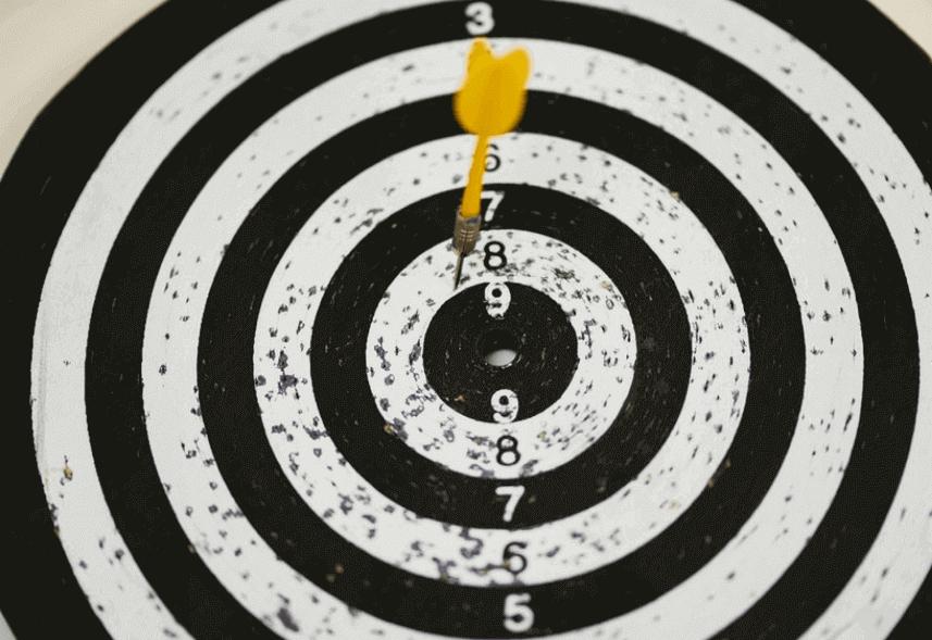 Nicho de mercado: imagem de um alvo circular com um dardo amarelo próximo a seu centro